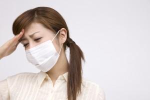 マスクをかける女性